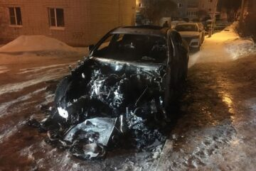 Новый BMW X6 и припаркованный рядом «Lexus» подожгли ночью в Вологде