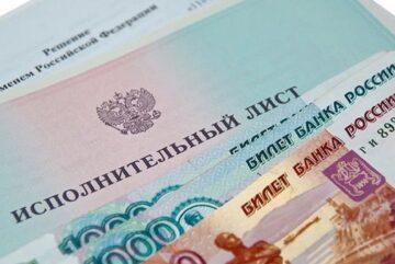 """«Единая Россия» внесла в Госдуму законопроект, который должен защитить минимальный доход граждан. Речь идет о людях, попавших в сложную жизненную ситуацию, с которых взыскиваются долги по исполнительным производствам. По закону за долги может удерживаться до 50% зарплаты (пенсии) человека. На практике это приводит к тому, что пенсионеры и инвалиды, пенсия которых близка к величине прожиточного минимума, и те, кто, получает зарплату на уровне МРОТ, рискуют остаться даже без минимальных средств к существованию. Новый законопроект защитит должников - несгораемая сумма, равная прожиточному минимуму, будет неприкосновенна. «Это дополнительный механизм защиты социально уязвимых категорий граждан, чьи доходы близки к минимально возможному уровню - инвалиды, пенсионеры с минимальной пенсией. Коснется он и самозанятых, и индивидуальных предпринимателей – счета малых предпринимателей сейчас от взысканий вовсе беззащитны, до нулевого уровня, - рассказал ИА """"Вологда Регион"""" депутат Госдумы России от Вологодчины Алексей Канаев. – По новому законопроекту кредиторы не смогут взыскивать средства должника «под ноль». Для того, чтобы сохранить «несгораемую» сумму, гражданину нужно будет обратиться в Федеральную службу судебных приставов и указать один счет в одном из банков, на котором будут сохранены деньги. Если у должника кто-то находится на иждивении, то сумма защищенного остатка будет увеличиваться. Решение абсолютно необходимо, рассчитываем на принятие закона в ближайшее время». Добавим, что срок вступления в силу данной нормы в законопроекте определен с 1 сентября этого года."""