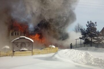 Двухэтажный дом, баня, гараж и новый «Lexus» сгорели у вологжанина из-за неисправности автомобиля