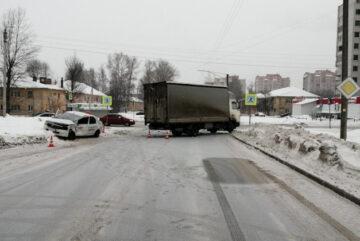 В утренней аварии на перекрестке в Вологде пострадала пассажирка такси
