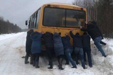 Пассажирам пришлось толкать автобус под Тотьмой