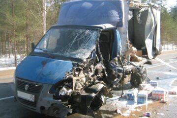 Водитель «ГАЗели» выехал в Вологодской области на встречную полосу и врезался в лесовоз