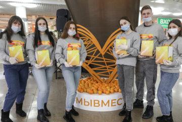 Жители Вологды получили в подарок апельсины от добровольцев #МыВместе