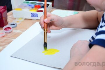 Юные вологжане нарисуют мам за любимым занятием