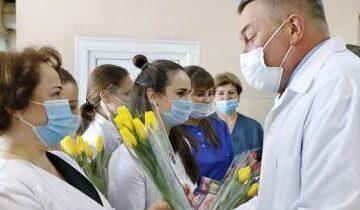 Губернатор Вологодчины поздравил с наступающим праздником женщин-героев, работавших в «красной зоне»