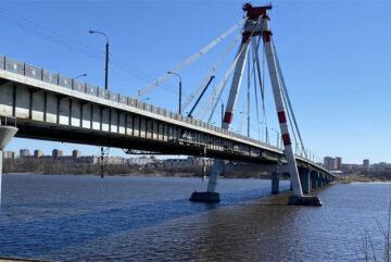 На Октябрьском мосту в Череповце восстанавливают судоходную сигнализацию
