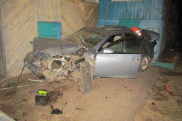 Пьяный водитель иномарки протаранил машину и дом в Вологодской области