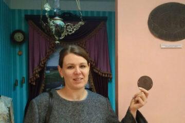 Жительница Вытегры подарила музею бирку от парового котла
