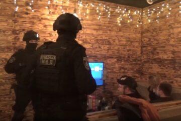 Полицейские и «Гром» обрушились на кальянную в Вологде