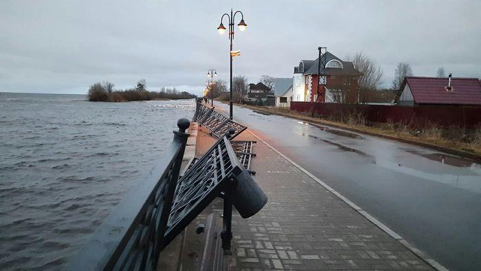 Теплоход в Обводном канале Белозерска задел городскую набережную