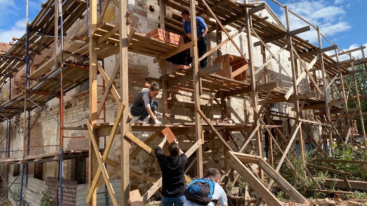 Волонтеры помогают восстанавливать Богоявленскую церковь на улице Гоголя, 1, в Вологде