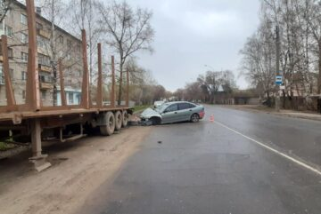 19-летний вологжанин за рулём «Рено» врезался в припаркованный прицеп
