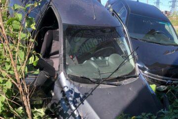 Три человека пострадали в Череповце в двух опрокинувшихся в кювет легковушках
