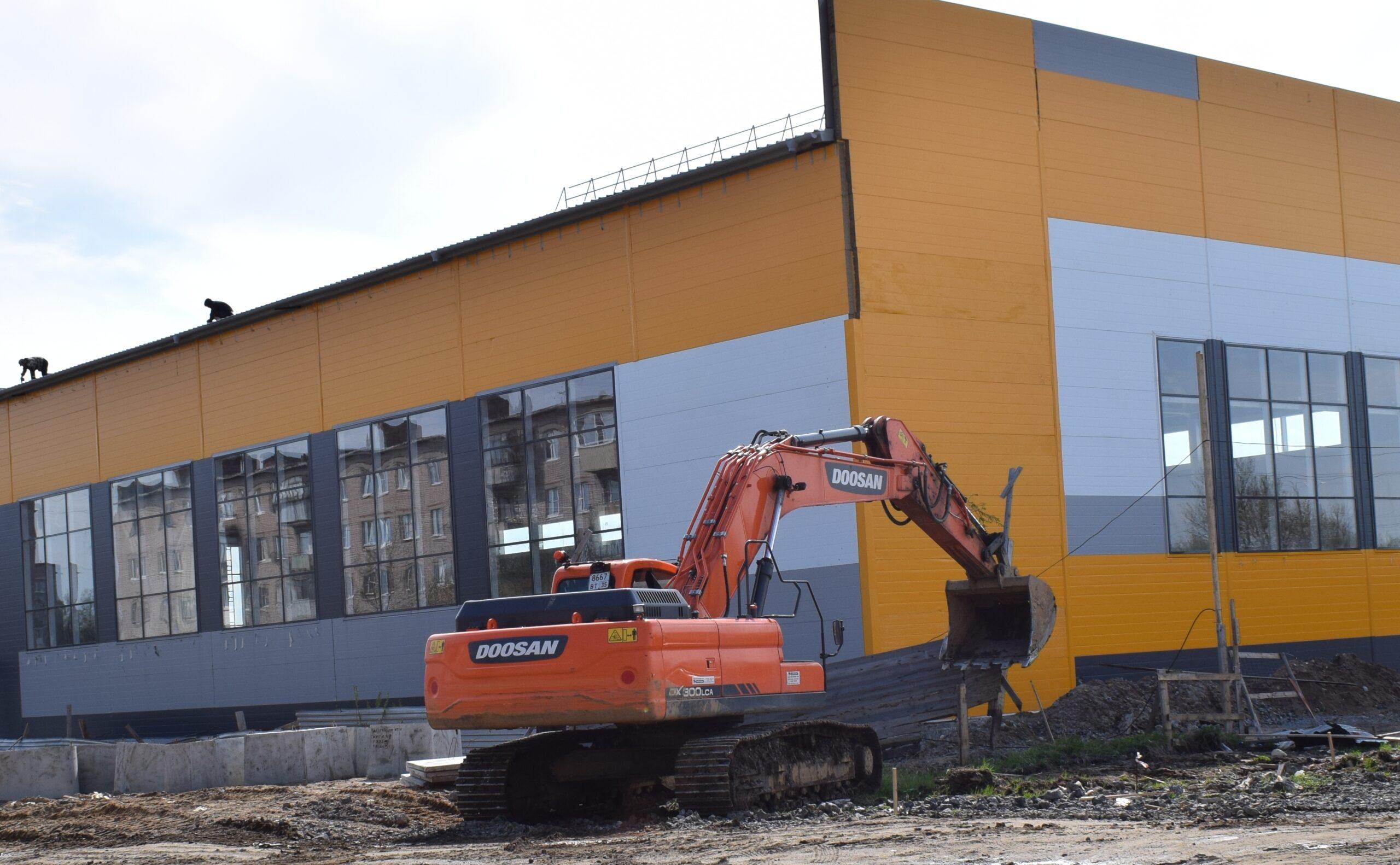 На строящемся физкультурно-оздоровительном комплексе в Тоншалово завершили отделочные работы