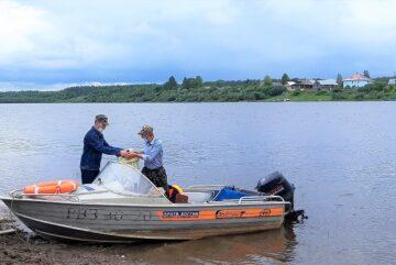 Почтовый катер доставил более трех тонн продуктов в отдаленные уголки Вологодчины