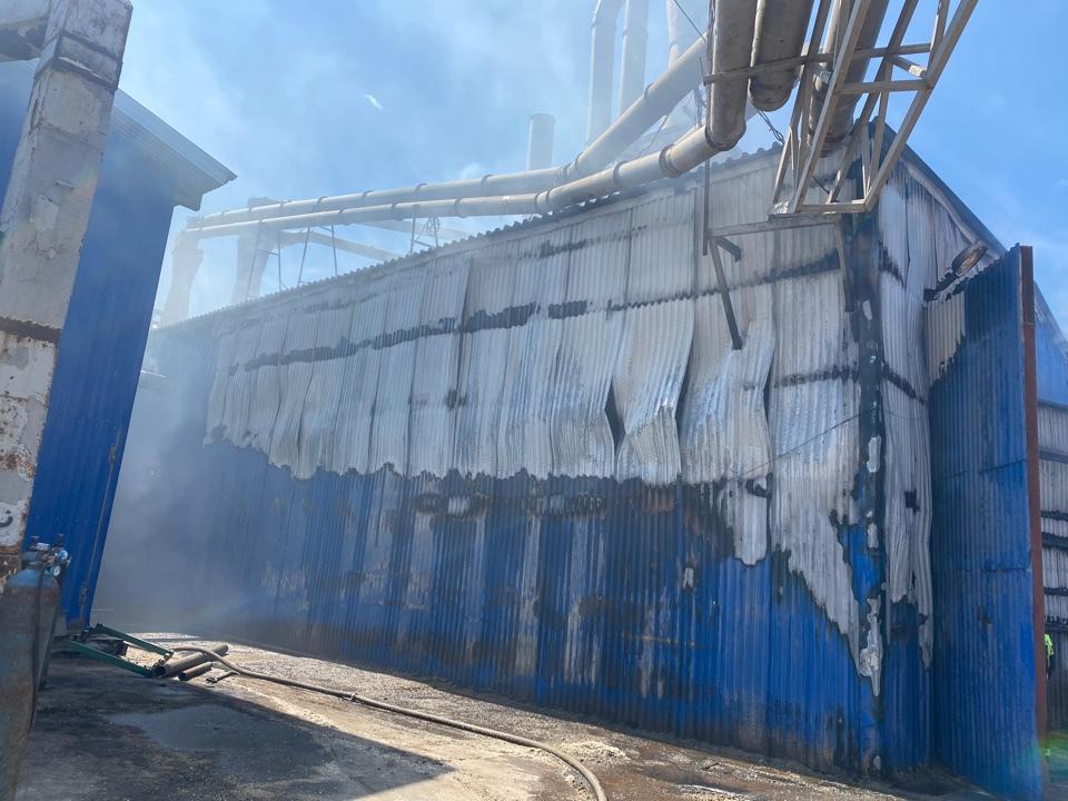 22 пожарных тушили огонь в загоревшемся цехе по производству топливных пеллет в Соколе