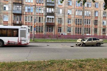 В Череповце иномарка врезалась в автобус с людьми